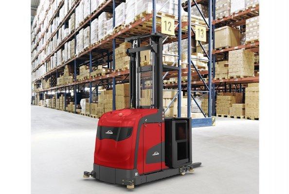 Mit dem neuen Hochregalstapler Linde V modular B bietet der Warenumschlagspezialist Linde Material Handling seinen Kunden eine leistungsfähige und gleichzeitig kosteneffiziente Lösung für das Kommissionieren auf mittlerer Regalhöhe an.