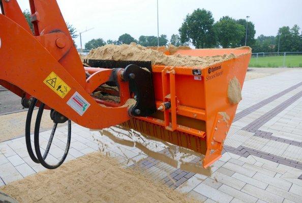 Die Optimas Streuschaufel verteilt das Füllmaterial schnell und gleichmäßig.