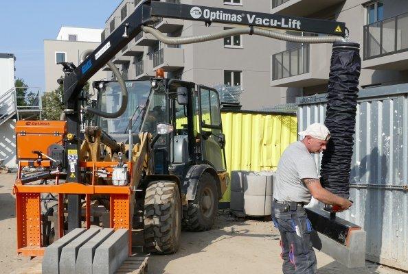 Quasi mit zwei Fingern kann man mit dem Optimas Vacc-Lift 120 kg schwere Betonteile bewegen.