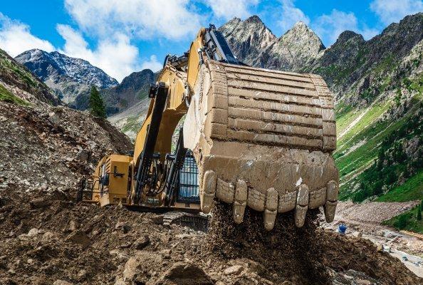 Die größten Baumaschinen vor Ort sind zwei CAT 6015B Bagger mit einem Einsatzgewicht von  140 Tonnen.