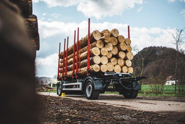 Leicht und spritsparend: Die neuen einzelbereiften Drehschemelanhänger DOLL A2K-LE mit gekröpftem Rahmen und 5.900 oder 6.400 mm Ladelänge.