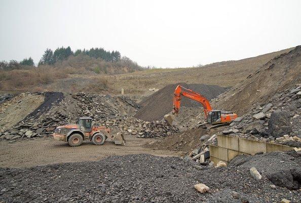 Insgesamt rund 40.000 Tonnen Ausbauasphalt, Beton-Aufbruch und Bauschutt fasst das Jost-Zwischenlager direkt oberhalb der Recycling-Anlage.