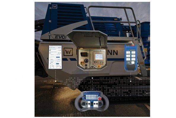 Das SPECTIVE Bedienkonzept: Touchpanel direkt an der Anlage, große Funkfernsteuerung für den Rüst- und Fahrvorgangvorgang, kleine Funkfern-steuerung mit allen Bedienfunktionen. SPECTIVE CONNECT, die neue App mit allen relevanten Anlageninformationen und Jobsite-Reporting.