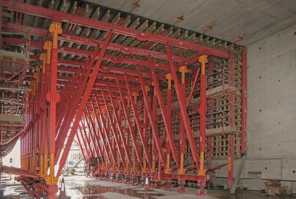 Der 160 m lange Tunnel wurde in insgesamt neun Abschnitten monolithisch gegossen – mit nur einem einzigen VTC Tunnelschalwagen.