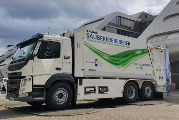 Die Bremsenergie wird rekuperiert und in die zur Verfügung stehenden 340 kW/h, eingespeichert.