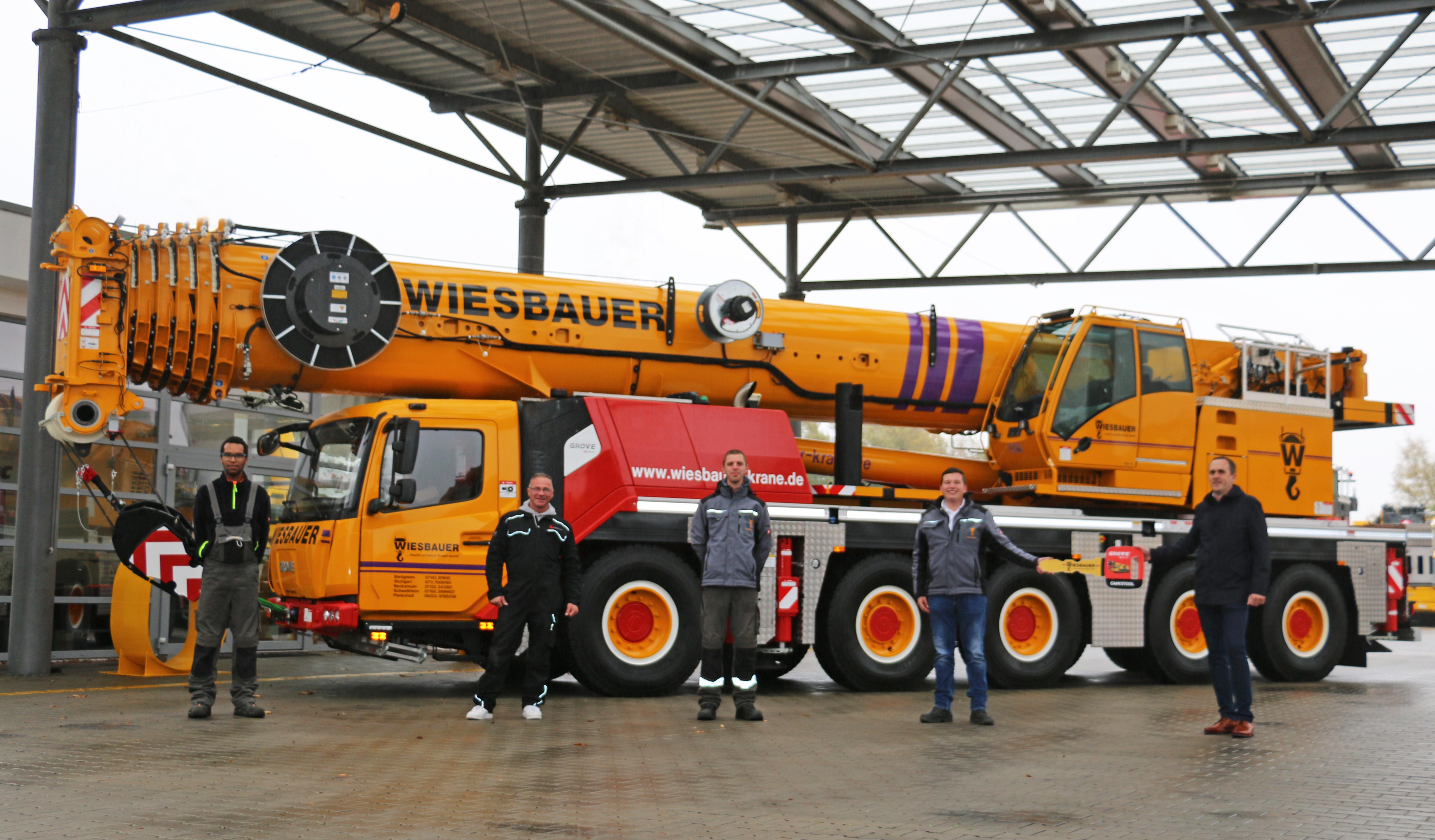 (v.r.n.l.) Lukas Brämer (Außendienstmitarbeiter KranAgentur Werner), Felix Wiesbauer sowie die Wiesbauer-Kranfahrer Ralf Hoffmann, Samuele Polidori und Jannik Weigle freuen sich über die Übergabe des neuen GMK5150L.