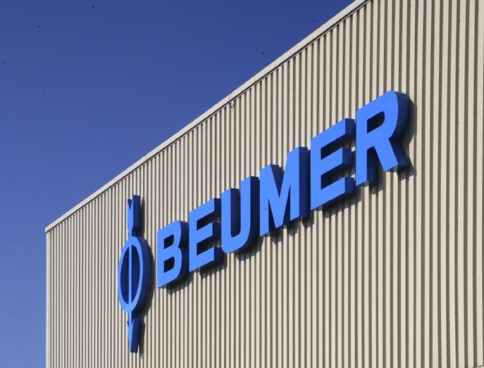 Die BEUMER Group. Das Firmenlogo leitet sich von der Tragrolle mit Labyrinthdichtung ab. Diese Innovation ließ sich der Firmengründer patentieren.