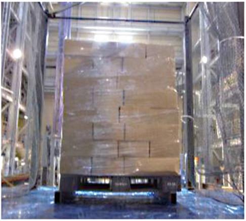 Mittels Stretchfolie bleiben Kartons auch bei einer Erdbebenstärke von 600 Gal fixiert.