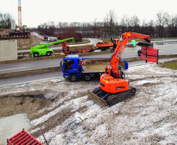 Zahlreiche Maschinen aus dem HKL MIETPARK sind beim Neubau einer A8-Überführung bei München aktiv.