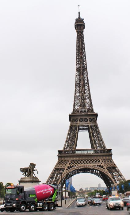 Der Hybrid-Betonmischer färbt sich Rosa für die Arbeit auf den Baustellen von Paris