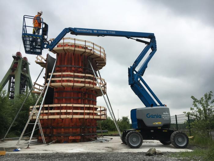 Das Genie Fast Mast™ System der Diesel Gelenkteleskoparbeitsbühne Genie® Z™-62/40 sparte beim Bau der Holzverschalung für den Testturm in Bottrop wertvolle Zeit.