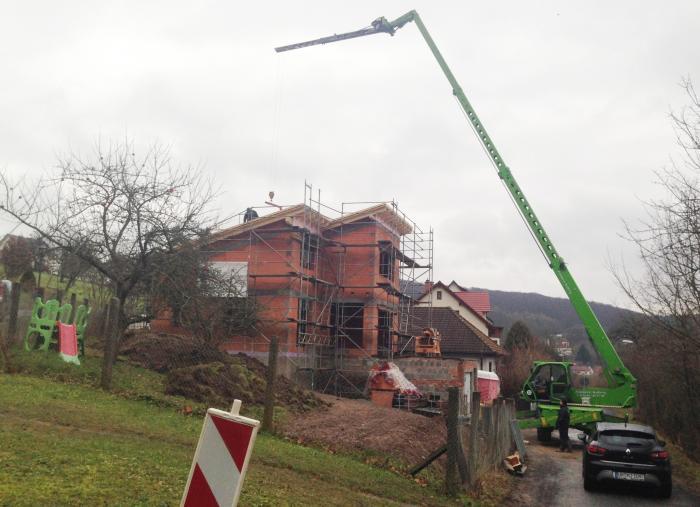 Kran und zusätzlicher Ausleger reichen in bis zu 21 m über Dächer