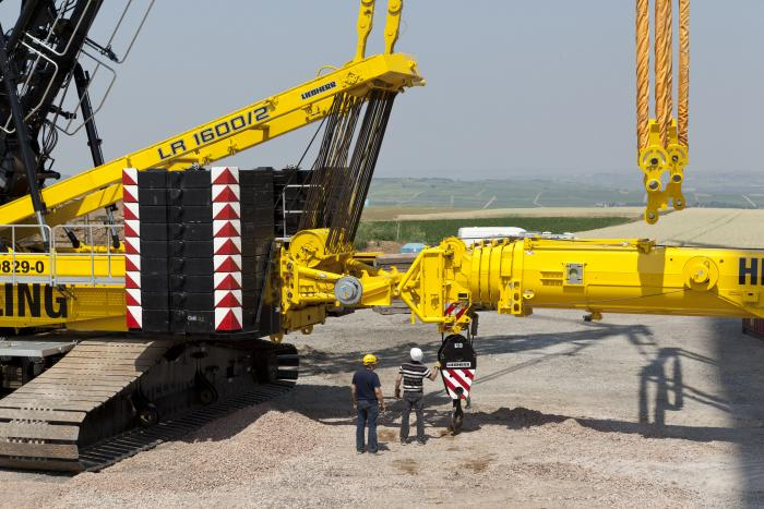 LTR 1220 acts as counterweight for a Liebherr LR 1600/2 crawler
