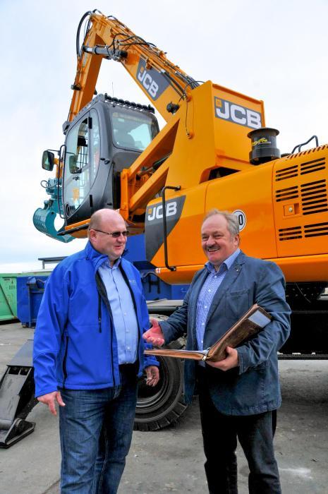 Dipl.-Ing. Jörg Blei, Betriebsleiter bei Glitzner, baut auf die Partnerschaft mit JCB-Händler Dipl.-Ing. Joachim Seidel (rechts)