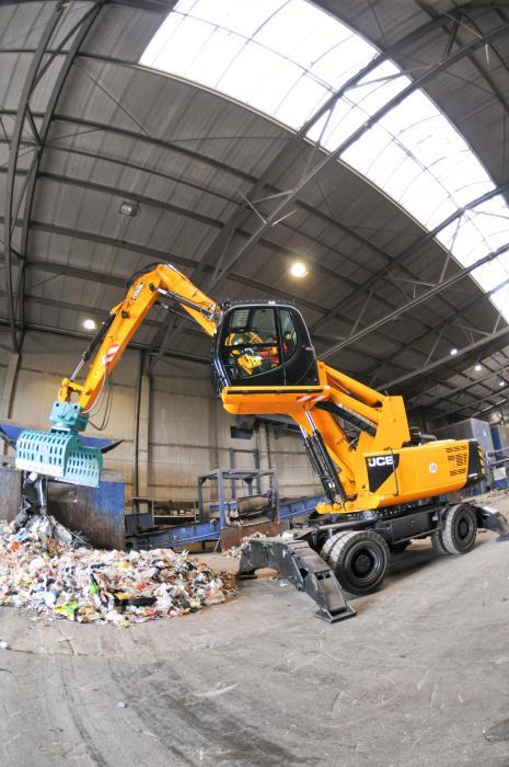 Der JCB Wastemaster JS200W räumt in den Hallen der Entsorgungsfirma Glitzner gründlich auf.