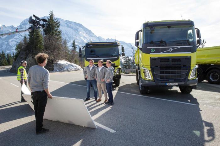 Im Abschlussbild des neuen Films von Volvo Trucks sind drei Fahrzeuge der neuen Bau-Demo-Flotte mit ihren Fahrern zu sehen. Die Flotte besteht aus Kippern der Modellreihen Volvo FH und Volvo FMX.
