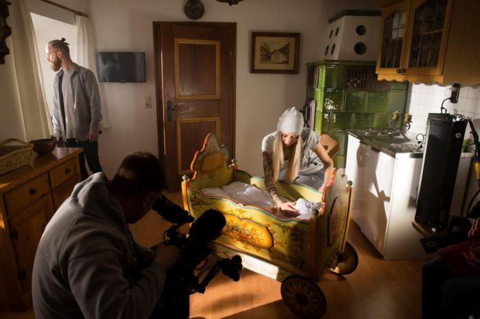 """Der """"Heimatfilm"""" wurde in der Gegend um Berchtesgaden gedreht. Eine Szene spielt dabei in einem alten Bauernhaus."""