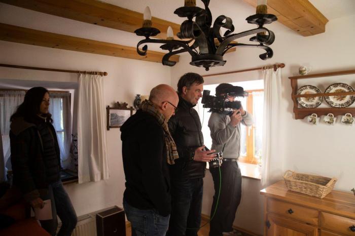 """Martin Kriegler (Bildmitte) ist Regisseur des """"Heimatfilms"""" von Volvo Trucks. Hier beim Dreh in einem alten Bauernhaus bei Berchtesgaden."""