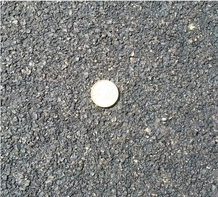 Der fertige Belag ist zwischen 3 und 6 mm stark und eignet sich daher für ebene Straßen welche keine Verformungen aufweisen.