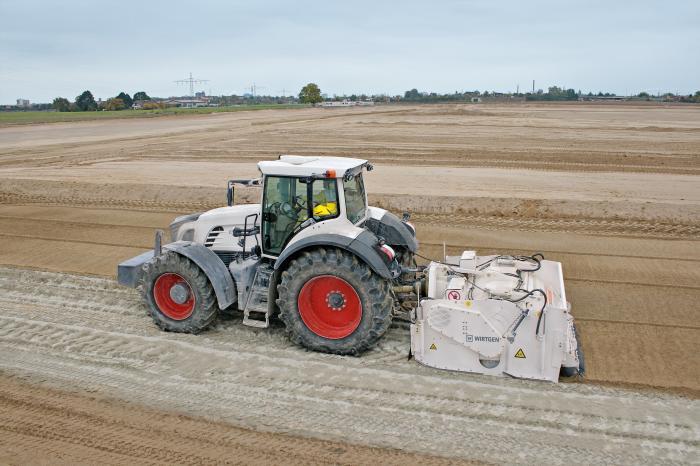 Die Bodenstabilisierung ist gegenüber dem konventionellen Bodenaustausch ein kostengünstiges und Ressourcen schonendes Verfahren. Zum Einsatz kommen dabei auch die Anbaustabilisierer WS 220 und WS250 von Wirtgen, bei denen ein Traktor als Zugmaschine dient.