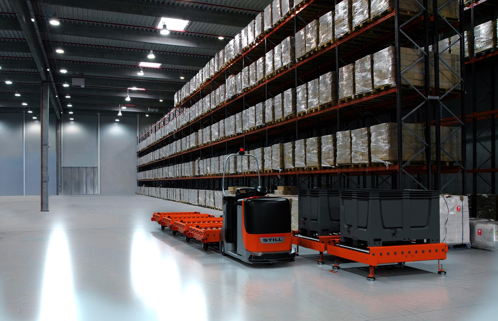 Mit dem automatisierten E-Rahmen  und der Übergabestation eröffnet  STILL den Kunden neue  Möglichkeiten. Jetzt können auch  Lasten bis zu 1,5 Tonnen pro  Anhänger per Routenzug zur  Produktion gebracht werden.