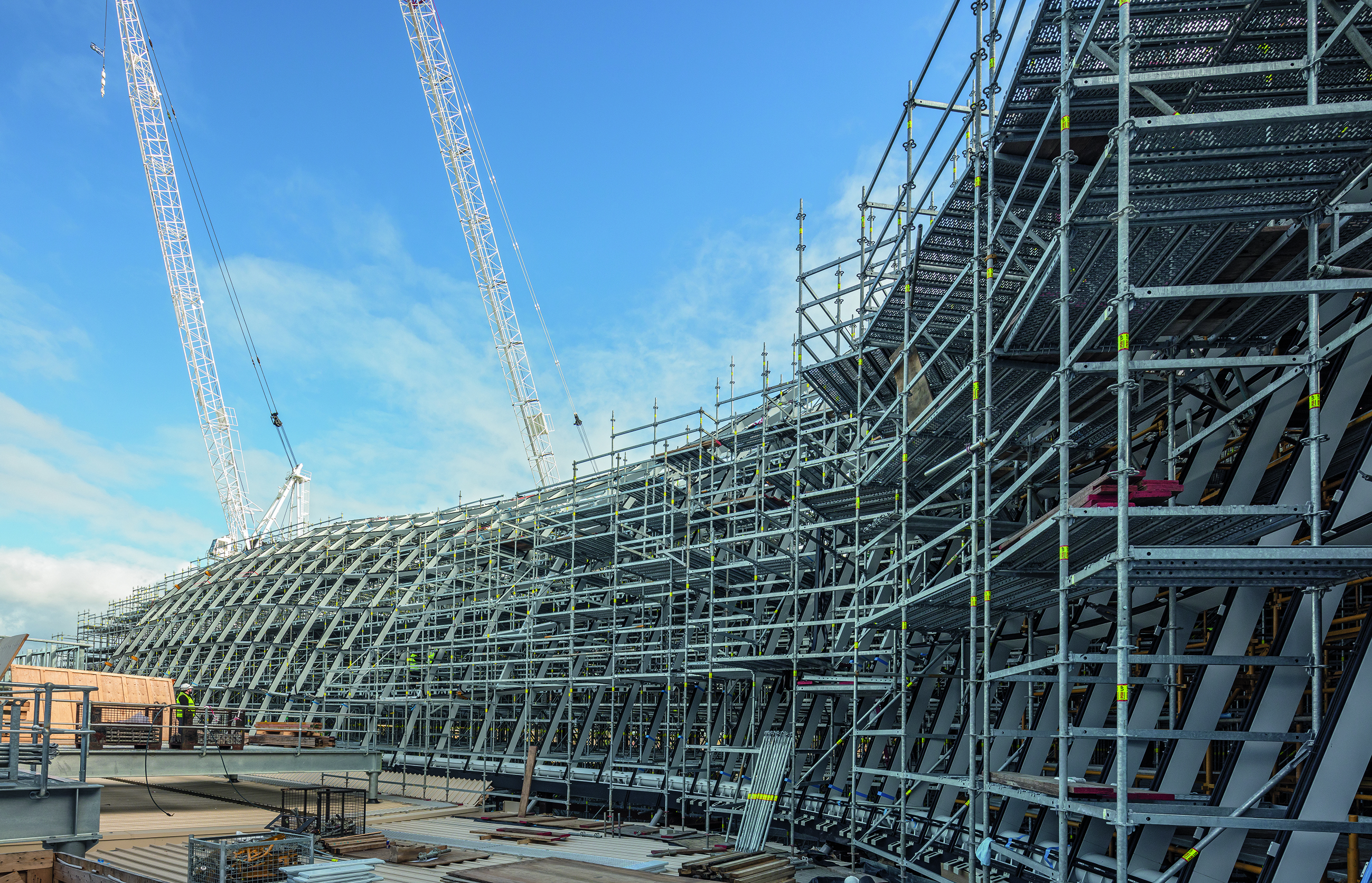 Das Modulgerüst PERIUP Flex ließ sich der komplex geformten Glasdachkonstruktion anpassen: Jeder Arbeitsplatz konnte bestens erreicht werden, jeder Lastabtrag war optimal geplant.