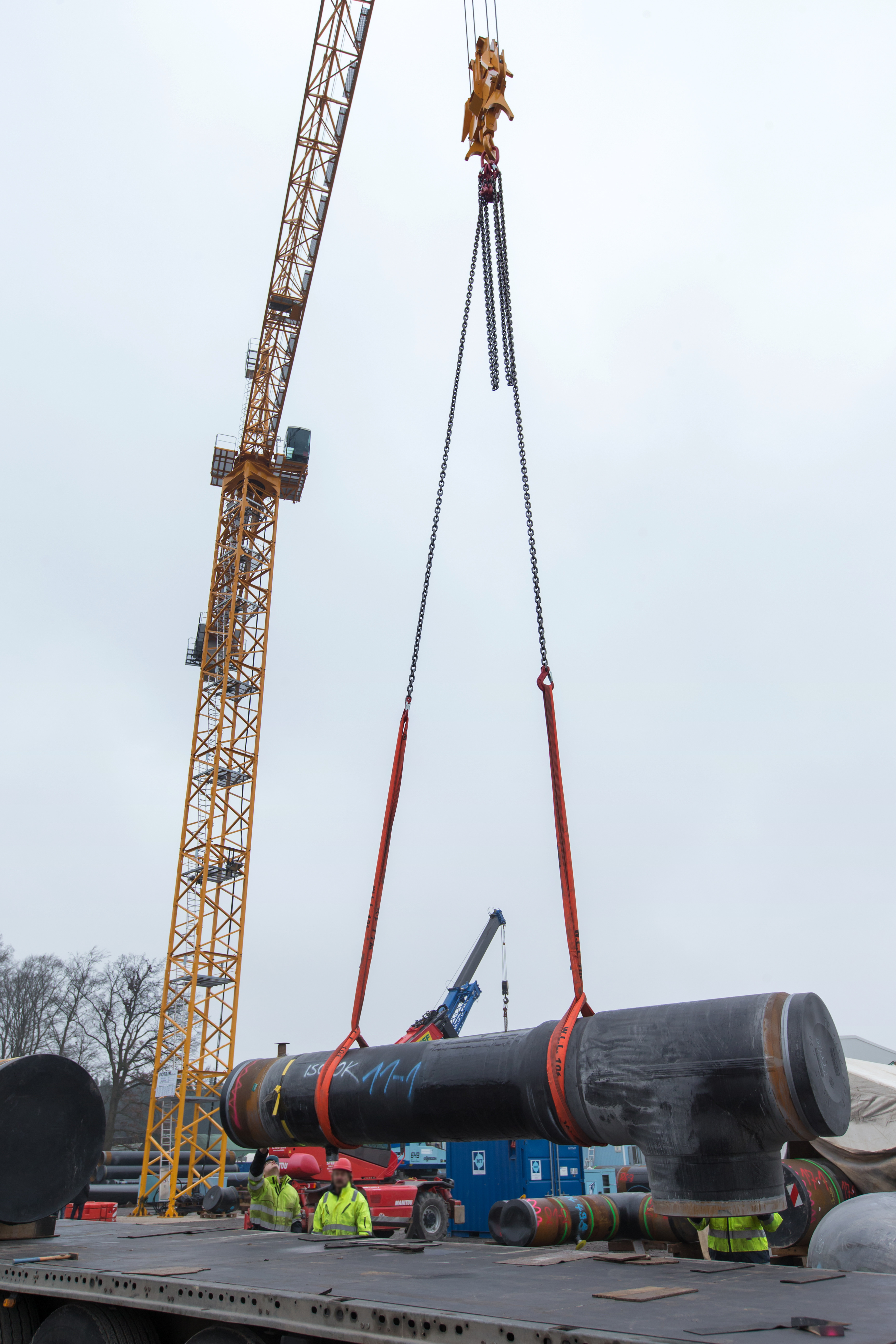 Potain MD 569 delivers precise lifting for German engineering company's pipe production