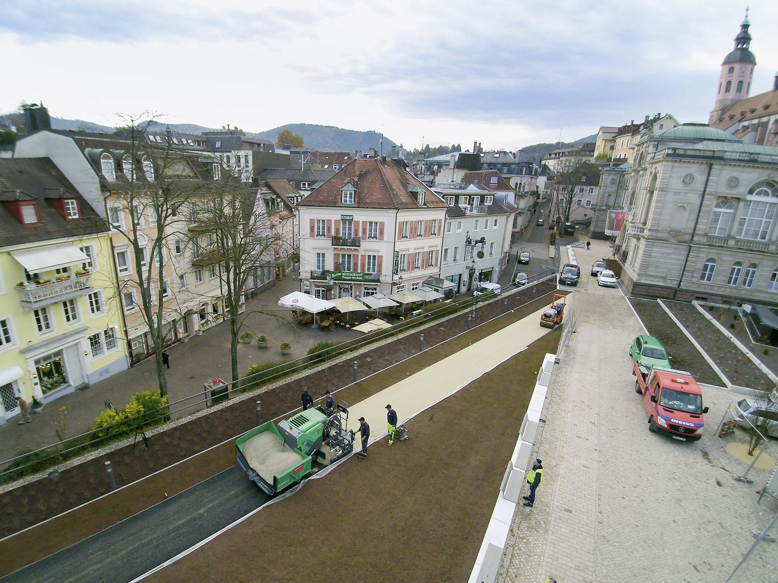 Außergewöhnliche Gestaltung von Außenanlagen mit Farbasphalt und der Maschinentechnik von VÖGELE und HAMM