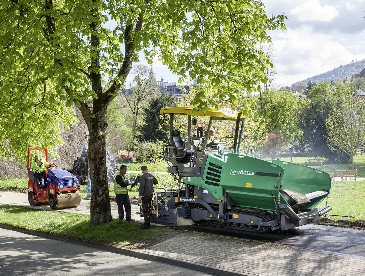 Der SUPER 1300-3i war dank seiner  Einbaubreite bis 5,00 m perfekt für die  Anforderungen des größeren Bauloses in  Baden-Baden geeignet.