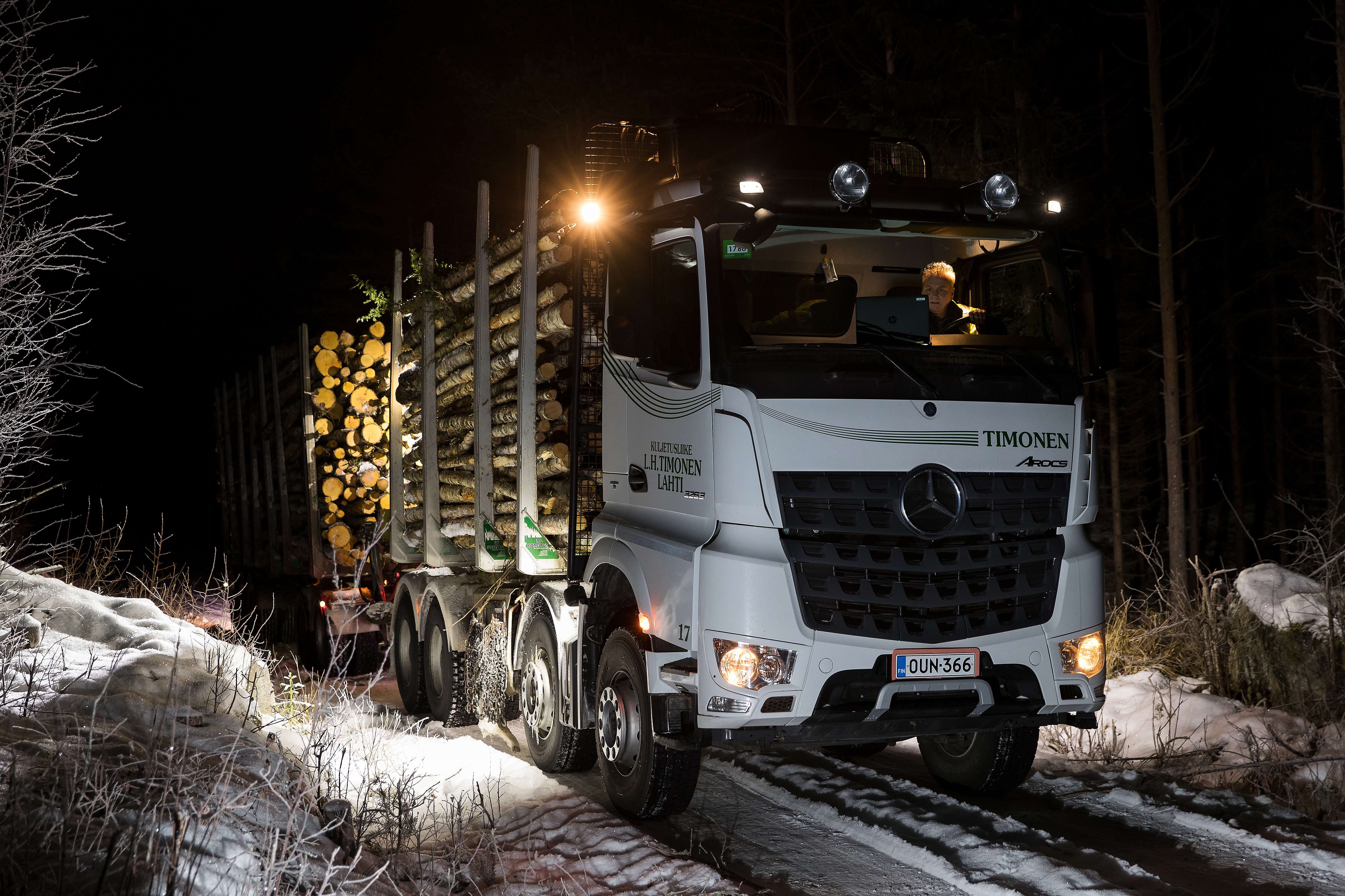 Mercedes-Benz Arocs as a 76-tonne lumber transport on Finland's icy roads