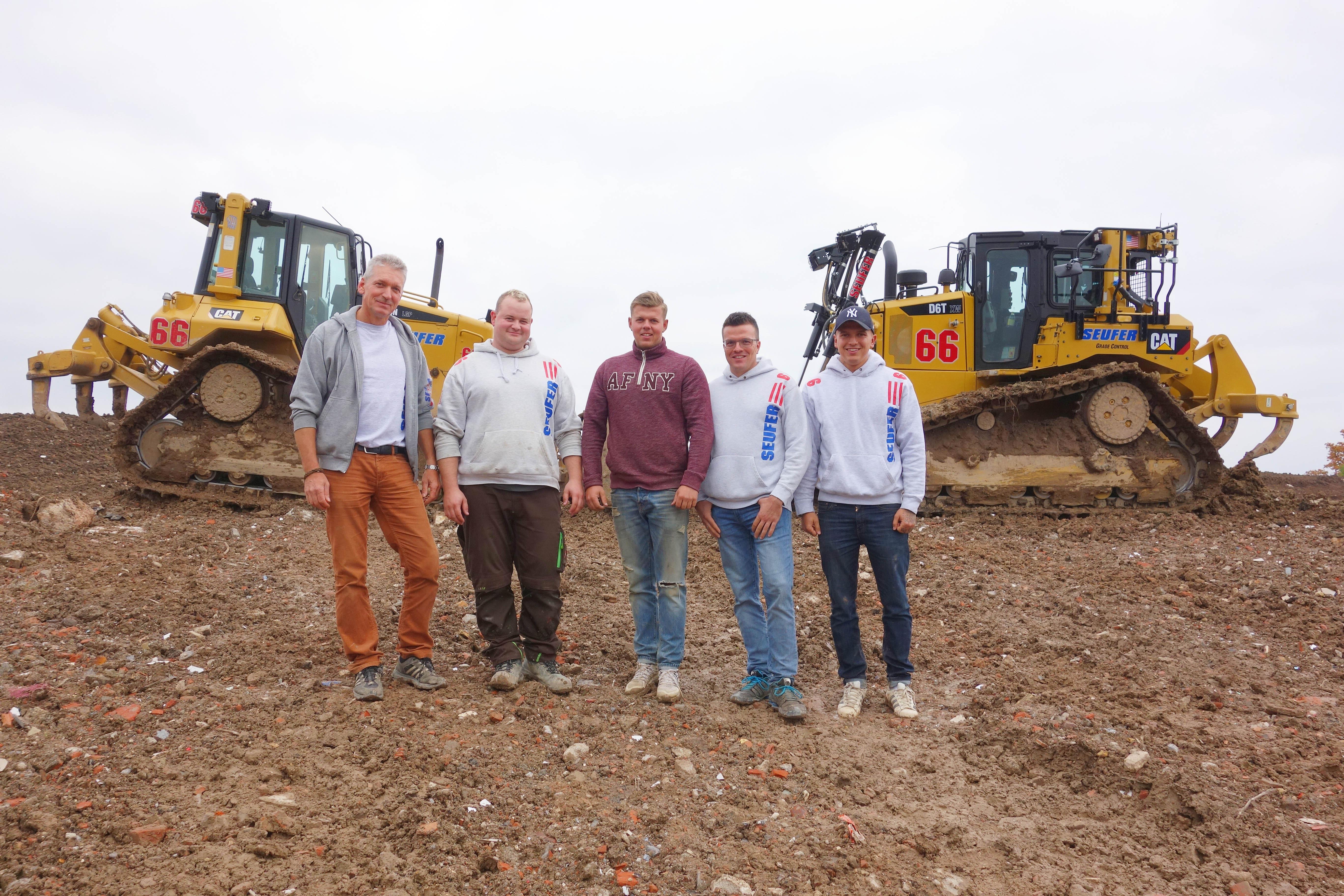 Raupenfahrer Axel Engelhardt und Dennis Schuck zusammen mit der nächsten Unternehmergeneration Tom Seufer, Kevin Richter und Sam Seufer (von links).