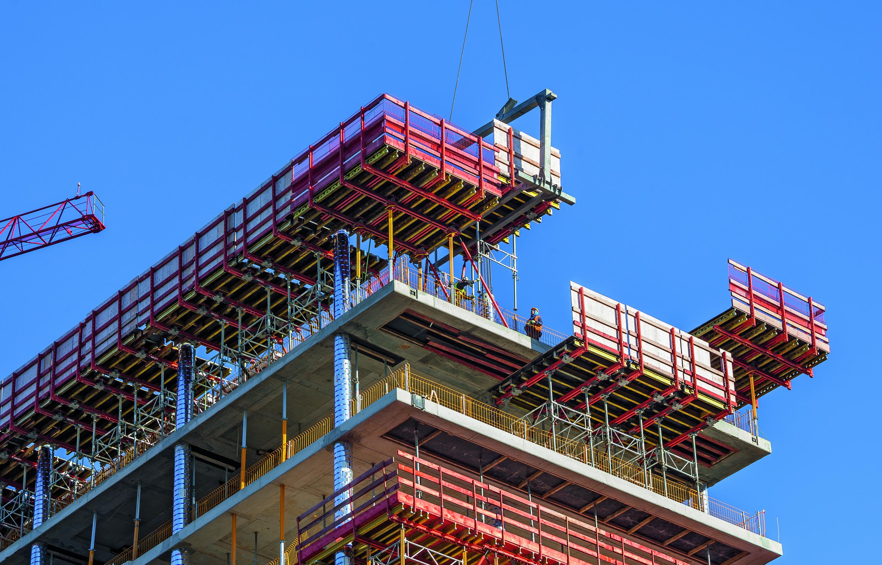 Wichtiger Bestandteil der PERI Schalungs- und Gerüstlösung waren die VARIODECK Randdeckentische mit geschlossener Absturzsicherung. Dadurch konnten auch die nachfolgenden Fassadenarbeiten gefahrlos ausgeführt werden. (Foto: PERI GmbH)