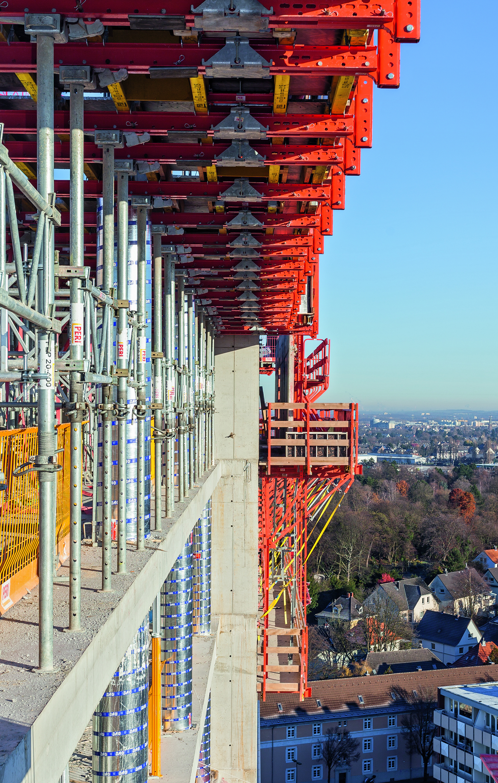 Zur Herstellung des Gebäudekerns bildeten CB Kletterbühnen und die TRIO Rahmenschalung kranbare Kletterschalungseinheiten. (Foto: PERI GmbH)