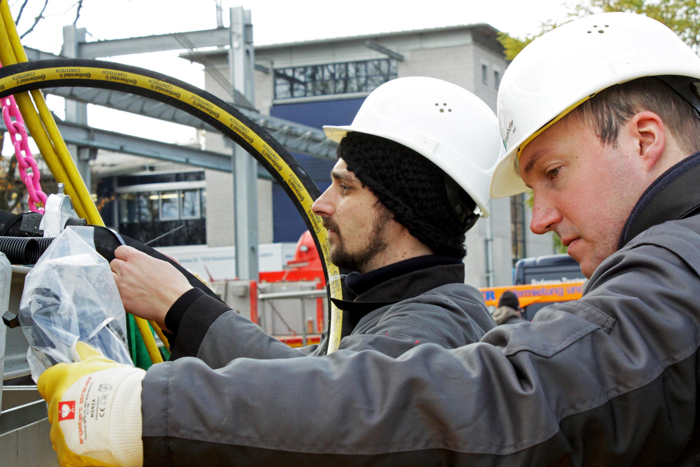 ContiTech ist mit einem speziellen Schlauch beim Projekt des Fraunhofer-Instituts für Windenergie und Energiesystemtechnik dabei. Der hohe Außendruck von 10 bar in einer Wassertiefe von 100 Metern macht dem robusten, trinkwassertauglichen Schlauch nichts aus.  Foto: Fraunhofer IWES | Energiesystemtechnik