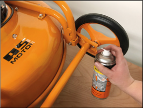 Bewegliche Teile sind nach Anleitung zu schmieren; im Bild die Radnabe eines gummibereiften AS-Motor- Gerätes