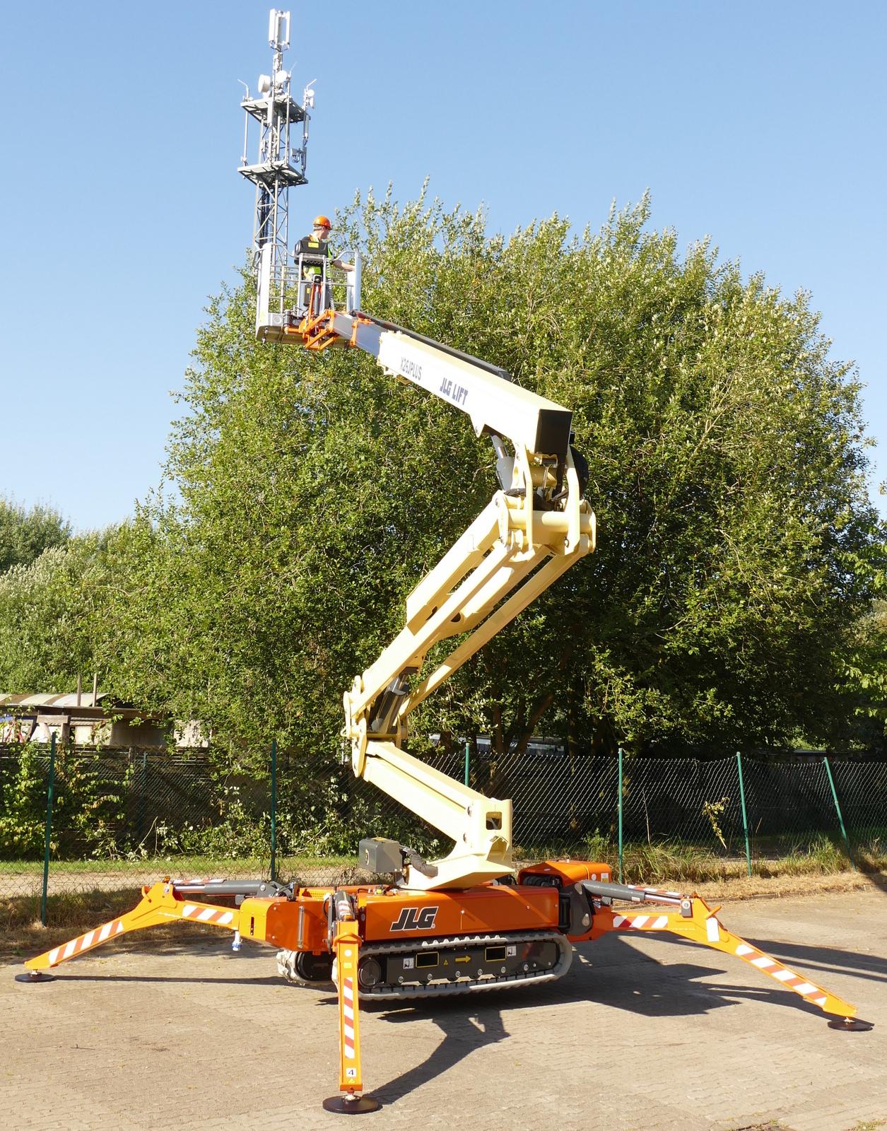 Mit der größten JLG Raupenarbeitsbühne kann man in knapp 26 m Höhe arbeiten und 13,75 m weit reichen, inklusive 230 kg Personen, Material und Werkzeug im Korb.