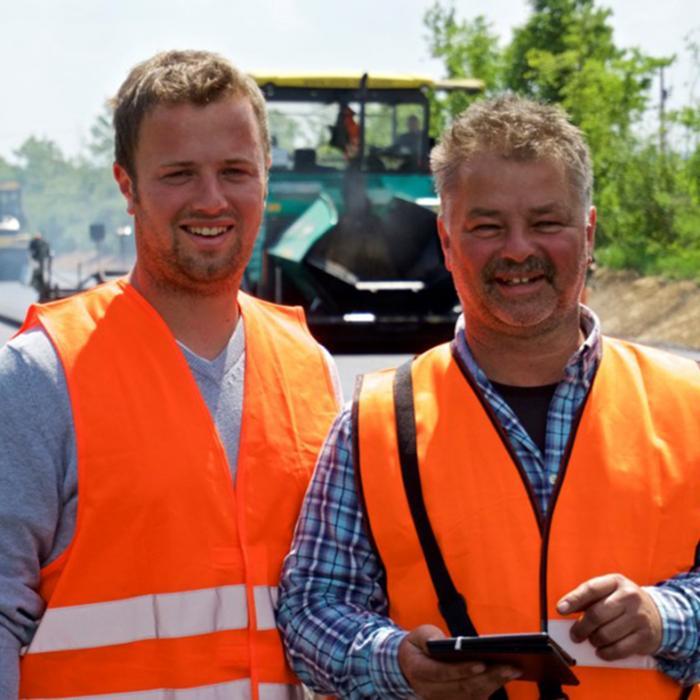 Asphaltbauleiter Dominic Mützel (links) und Einbaumeister Harald Mützel (rechts)
