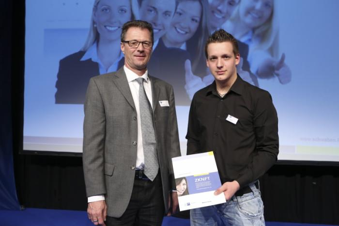 Florian Wehrle mit Ausbilder Helmut Schreier bei der Preisübergabe