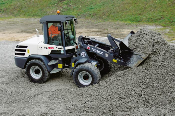 Terex_wheel loaders_generation 2015_TL100: The Terex TL100 manages to balance performance with comfort on almost any type of terrain. Its working hydraulics can be fitted with numerous attachments – from buckets and forks to sweepers. This is what makes it such a flexible all-rounder, particularly in terms of excavation and loading work or landscaping jobs.