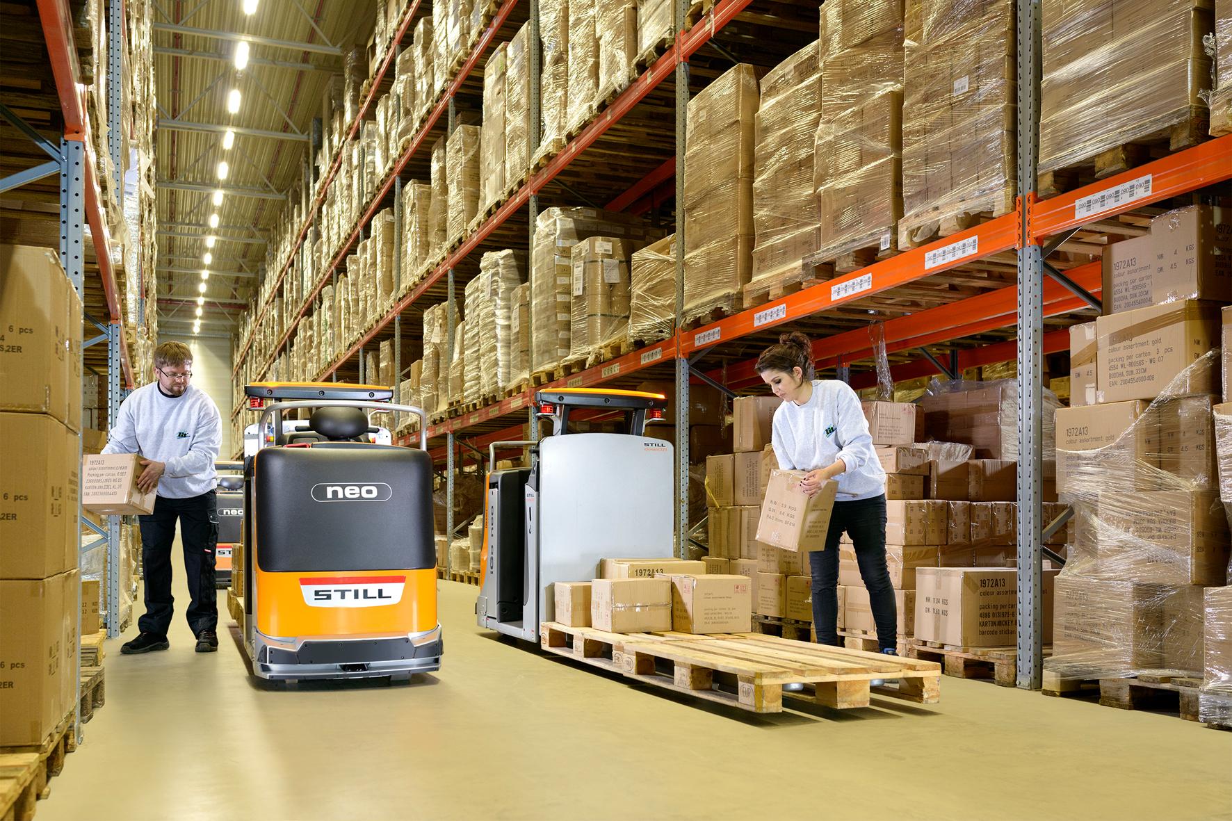 Je nach Wunsch des Bedieners fährt das Gerät ergonomisch bis zur ersten oder zweiten Palettenposition vor. Der Mitarbeiter muss nur noch sehr kurze Strecken selbst mit Last zurücklegen.