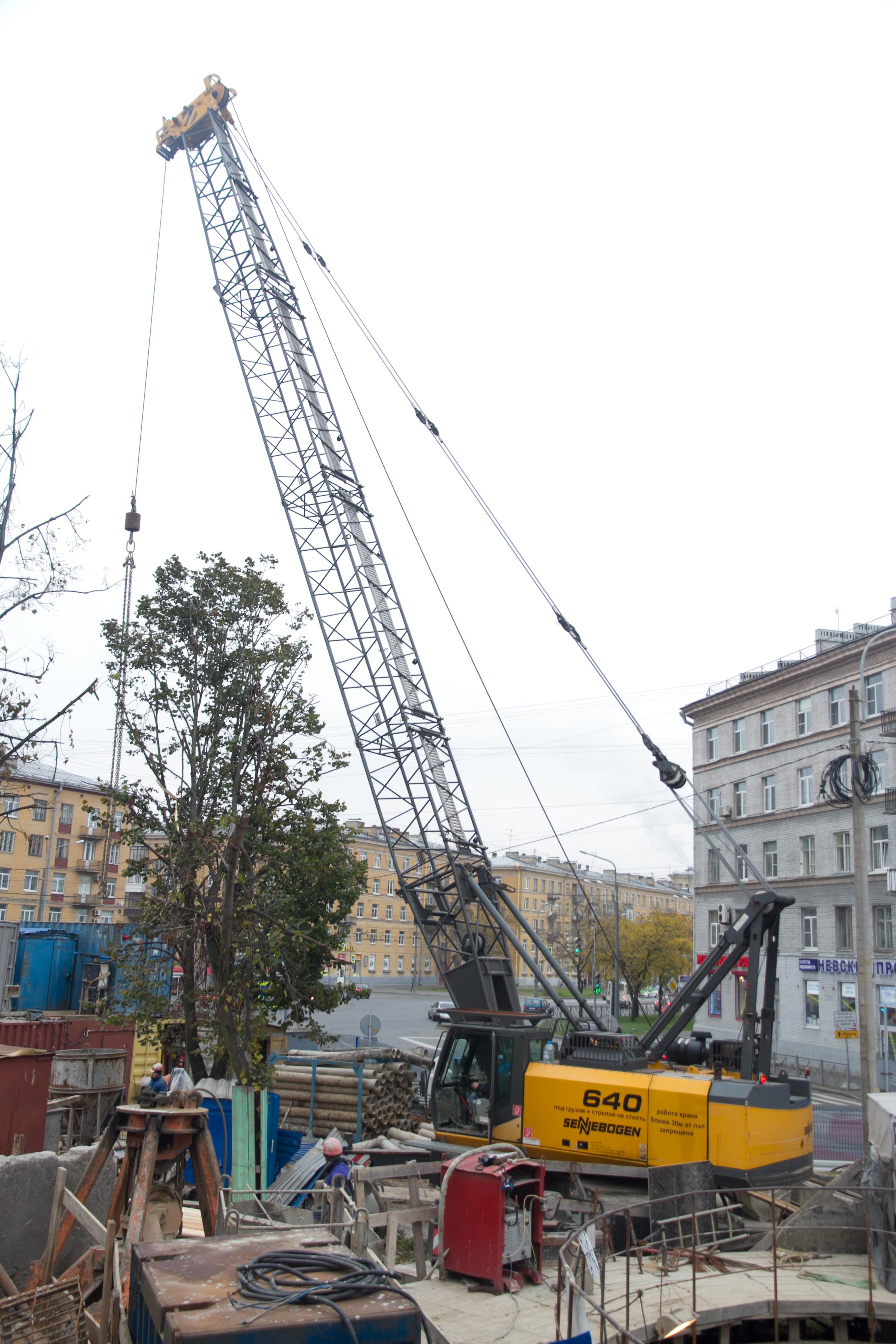 Einer von mehreren SENNEBOGEN Kranen kommt bei VodoKanalStroy in St. Petersburg zur Baustellenlogistik zum Einsatz. Der SENNEBOGEN 640 mit Mobilunterwagen besticht dabei durch hohe Leistungsfähigkeit und beste Zuverlässigkeit.