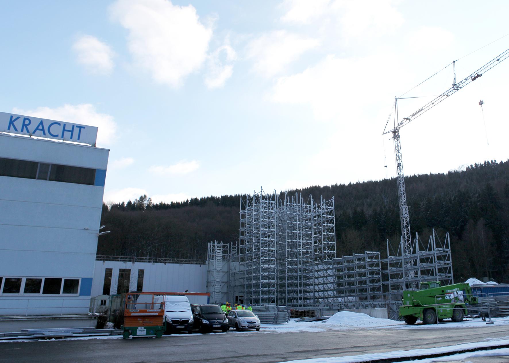 Derzeit wird das Stahlgerüst des 23 m hohen Lagers in Silobauweise montiert, die Fertigstellung des Logistikzentrums mit einem Investitionsvolumen von rund 7,7 Mio. Euro ist für Mai/Juni 2017 geplant.