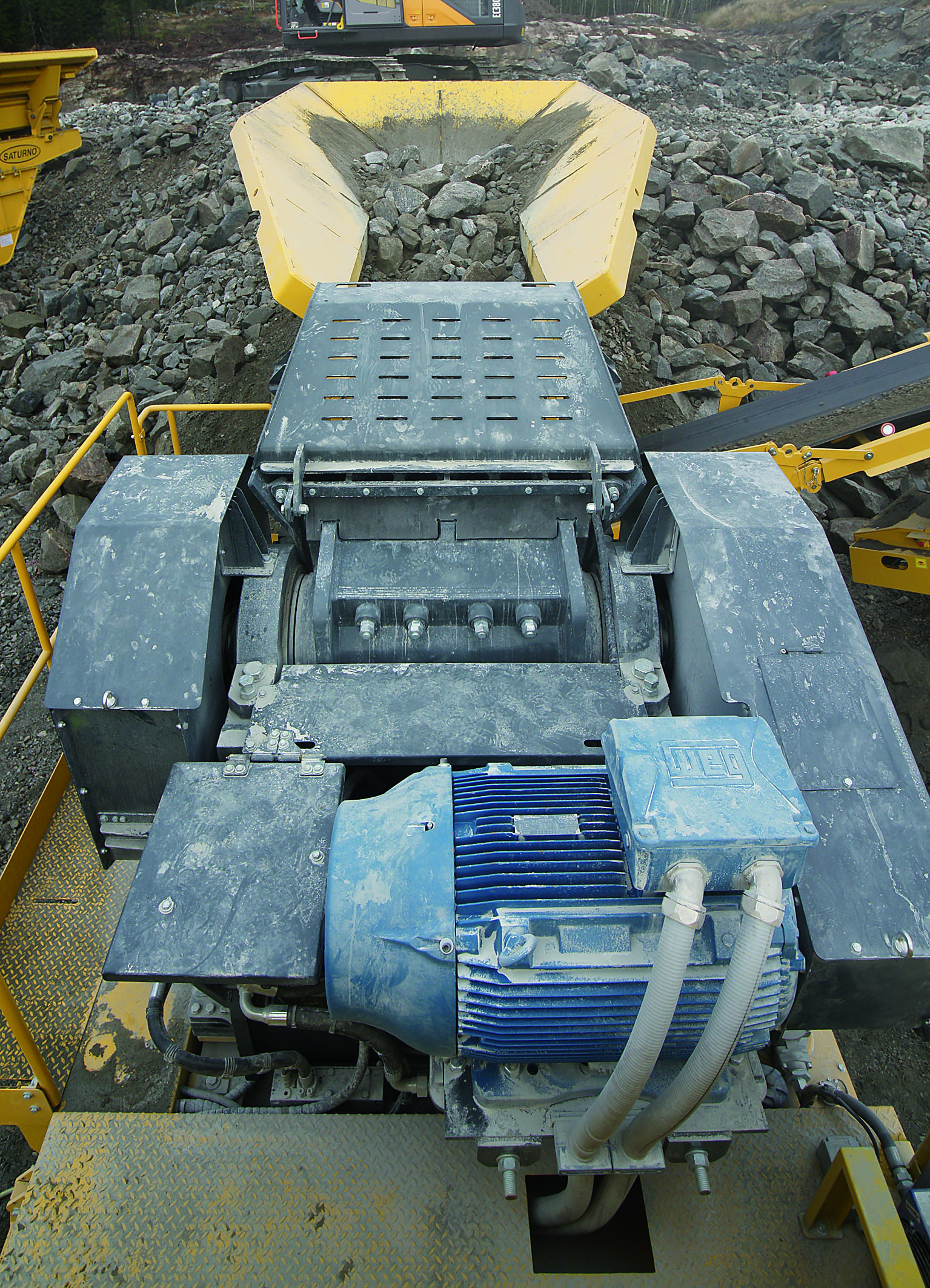 Der 1100x700-Backenbrecher des Keestrack B4e wird von einem 110 kW-Elektromotor angetrieben. Abbildungen: Keestrack