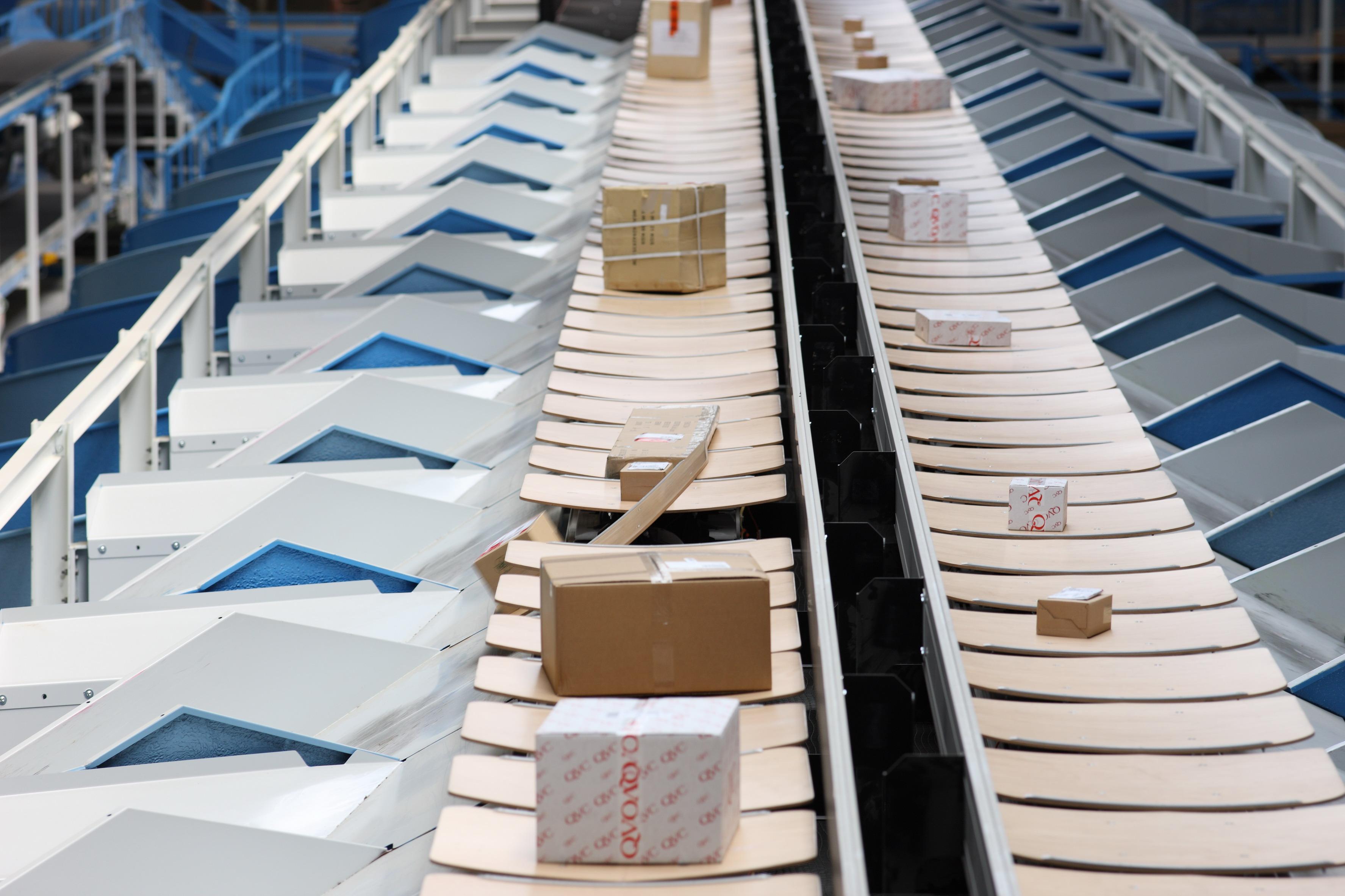 Der BEUMER E-Tray Sorter kommt weltweit in Post- und Verteilzentren zum Einsatz.