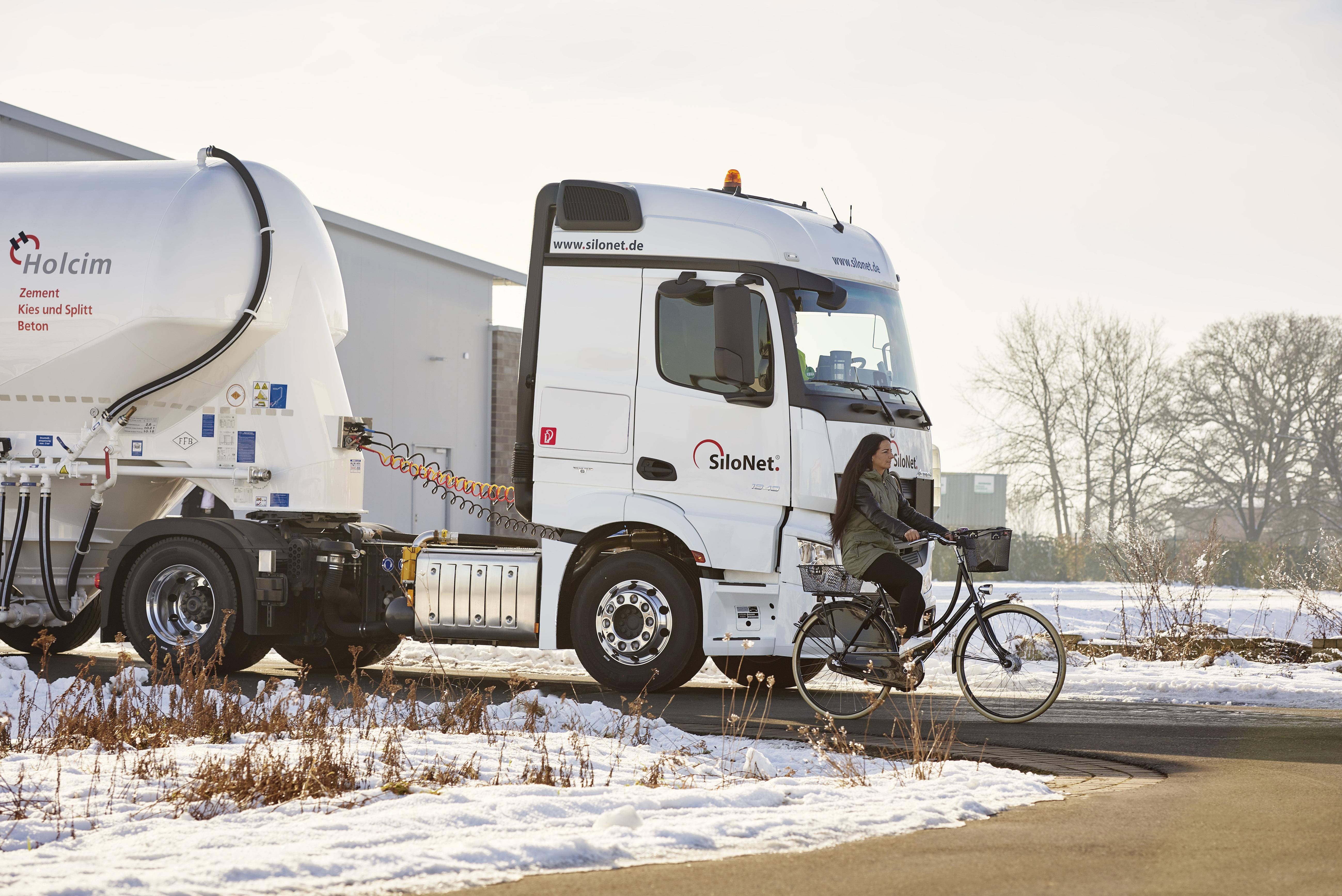 Sicher auf allen Straßen – Kunden vertrauen auf Schwer-Lkw mit Stern: Mercedes-Benz Actros mit neuem Active Brake Assist 4 und Abbiege-Assistent im Kundeneinsatz