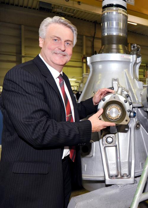 Dr. Konrad Joecks vor dem Helikoptergetriebe des CH 53, einem der Kernprodukte von ZF Luftfahrttechnik im After-Sales-Bereich.