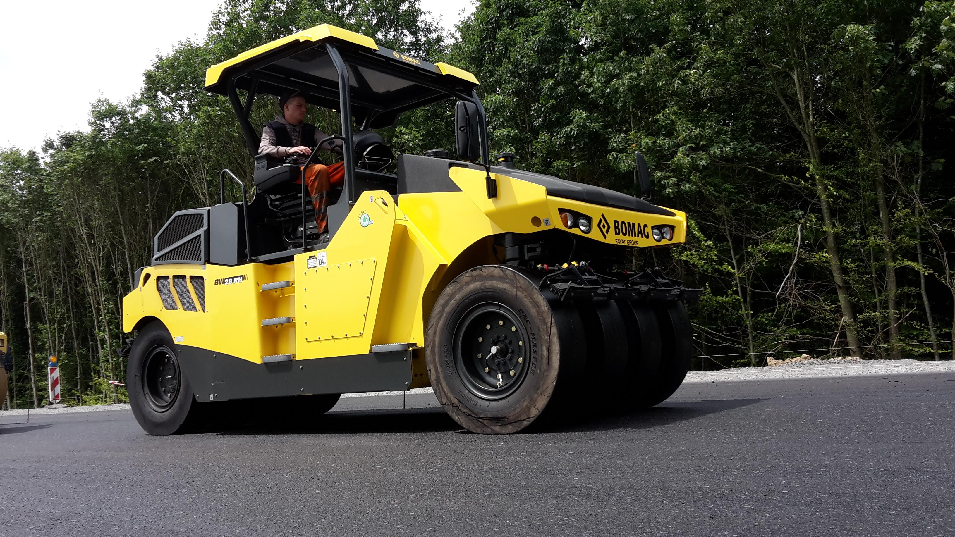Die neue Gummiradwalze BW 28 RH bietet dem Bediener unter allen Bedingungen Komfort und optimale Ergonomie.