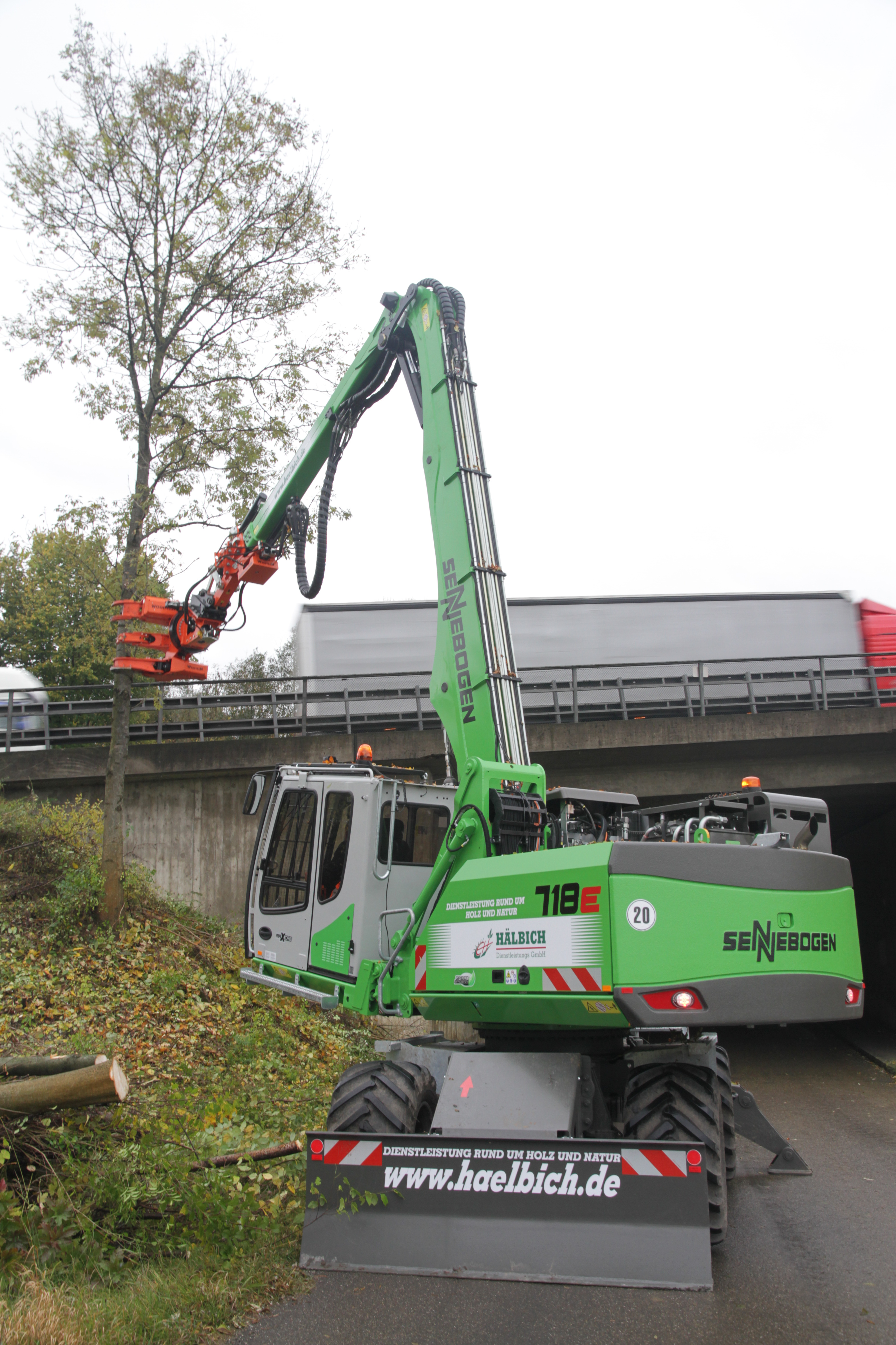 Hälbich Dienstleistungs GmbH uses a SENNEBOGEN 718 E-series with Westtech Woodcracker cutter head to clear embankments along autobahn A8.