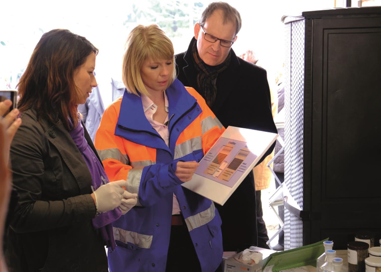 Ministerien Anja Siegesmund (li.) ließ sich von Projektleiterin Stefanie Apelt (Mitte) das Funktionsprinzip der Anlage – ein Bio-Vertikalfiltersystem – erklären. Bild: © BAUER Gruppe