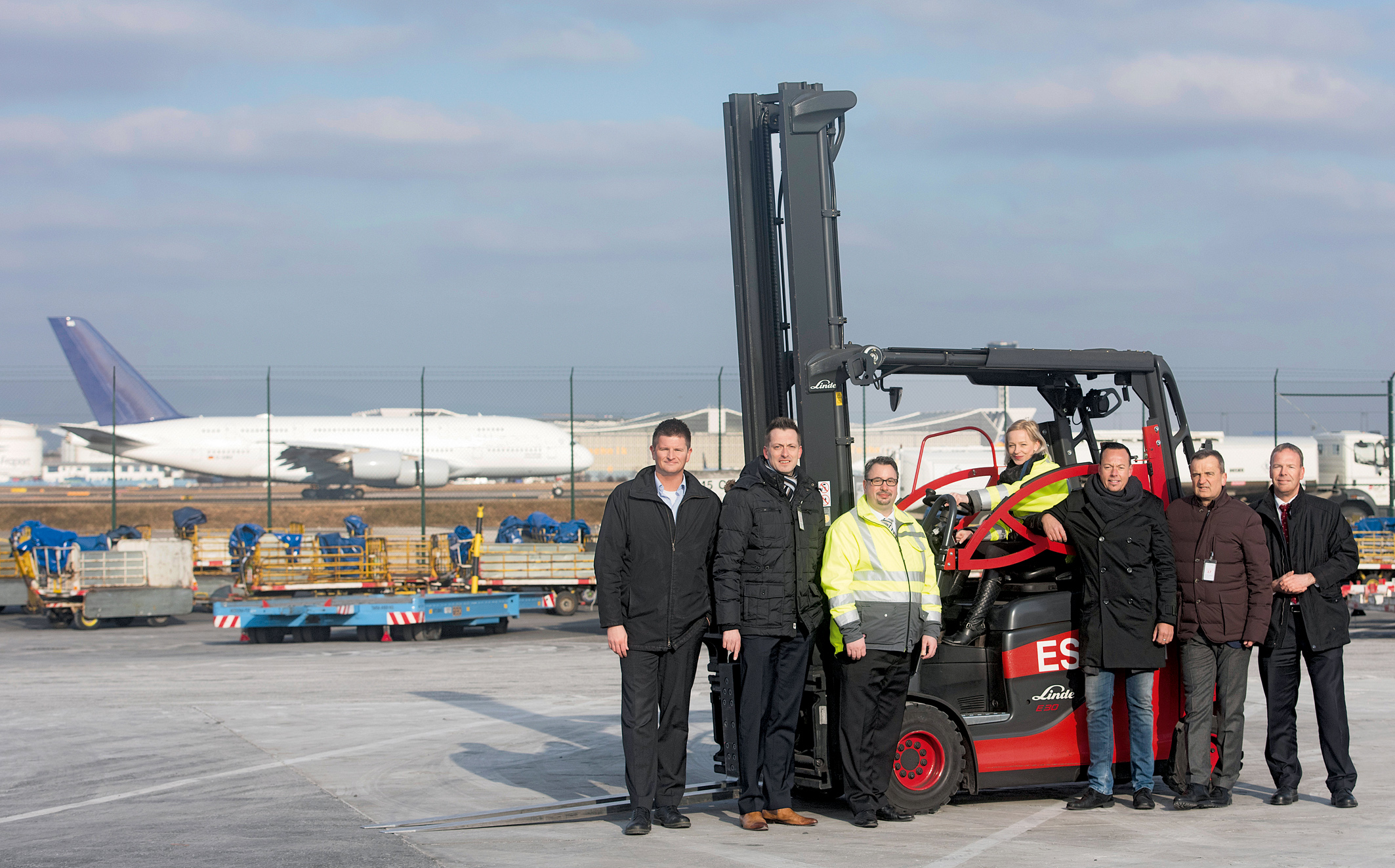 Vor gut drei Jahren testete die Frankfurt Cargo Services GmbH (FCS) einen Prototyp des Linde-Roadsters, jetzt wurden die ersten Seriengeräte offiziell übergeben. In der CargoCity Süd am Flughafen in Frankfurt am Main trafen sich (v.l.n.r.): Daniel Butte, Head of Product Management Forklift Trucks (Linde MH), Christian Kunkel, Verkaufsleiter Rhein-Main (Suffel Fördertechnik), Steffen Kuhn, Head of Infrastructure, Quality and Project Management (FCS), Sylke Klein, Mitarbeiterin im operativen Bereich (FCS), Oliver Pschorn, Fahrzeugmanager (FCS), Martin Suffel, Geschäftsführer (Suffel Fördertechnik) und Gerd Riske, Verkaufsleitung Deutschland Region Süd und Area Sales Manager Region Benelux (Linde MH). Foto: Linde Material Handling GmbH, Aschaffenburg.